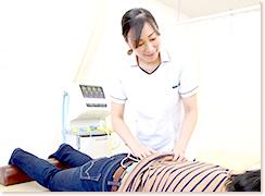 女性が施術している写真