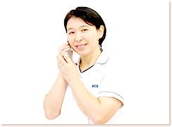 電話の子機を持っている女性の写真